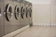 Fila de los secadores de ropa del autoservicio en lavandería Imagen de archivo libre de regalías