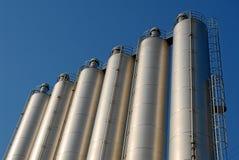 Fila de los silos y del cielo de acero Fotos de archivo libres de regalías