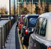 Fila de los taxis de Londres Imágenes de archivo libres de regalías
