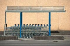 Fila de los trollyes del supermercado Fotos de archivo libres de regalías