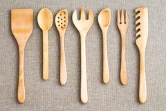 Fila de los utensilios de madera clasificados de la cocina Fotos de archivo libres de regalías