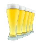 Fila de los vidrios de cerveza en blanco Foto de archivo libre de regalías