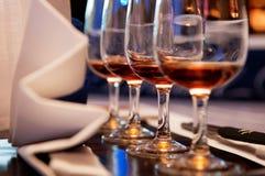 Fila de los vidrios de vino Imagenes de archivo