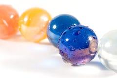 Fila de mármoles coloridos fotos de archivo