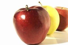 Fila de manzanas Foto de archivo