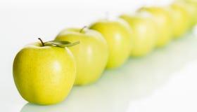 Fila de manzanas frescas en el fondo blanco. Fotografía de archivo libre de regalías