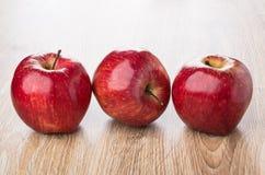 Fila de manzanas rojas en la tabla Fotos de archivo libres de regalías