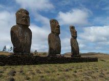 Fila de Moai contra el cielo Imagen de archivo libre de regalías