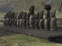 Fila de Moai contra la montaña Imágenes de archivo libres de regalías