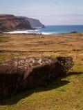Fila de Moai por el retrato del mar lejos Imagenes de archivo