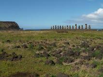 Fila de Moai por la costa Fotografía de archivo libre de regalías