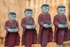 Fila de monjes budistas con los tazones de fuente de las limosnas fotos de archivo libres de regalías