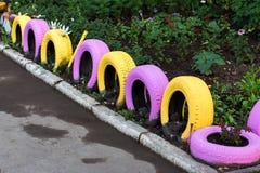 Fila de neumáticos coloridos foto de archivo