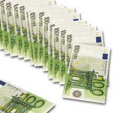Fila de 100 notas euro sobre el fondo blanco Imagen de archivo libre de regalías