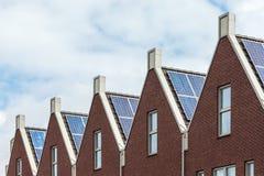 Fila holandesa de nuevas casas con los paneles solares Foto de archivo libre de regalías