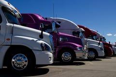 Fila de nuevos semi camiones en una representación imagenes de archivo