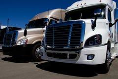 Fila de nuevos semi camiones en una representación fotos de archivo libres de regalías