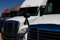 Fila de nuevos semi camiones en una representación foto de archivo libre de regalías