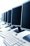 Fila de ordenadores imagenes de archivo