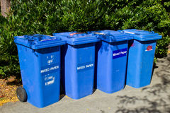 Fila de papeleras de reciclaje azules Fotografía de archivo
