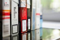 Fila de paquetes de cigarrillos de las esquinas diversas del mundo Foto de archivo libre de regalías