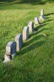 Fila de piedras sepulcrales envejecidas Imágenes de archivo libres de regalías