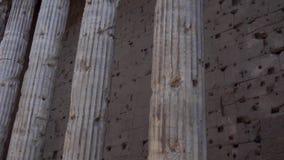 Fila de pilares en el centro de Roma, Italia Templo viejo con la columnata Arquitectura europea antigua almacen de video