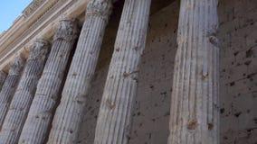 Fila de pilares en el centro de Roma, Italia Templo viejo con la columnata Arquitectura europea antigua almacen de metraje de vídeo
