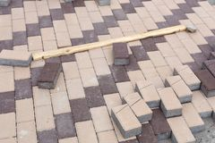 Fila de pilas de losa gris del pavimento en base de madera Losa de piedra concreta Renovación peatonal pública del área imagenes de archivo