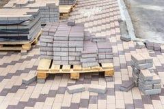 Fila de pilas de losa gris del pavimento en base de madera Losa de piedra concreta Renovación peatonal pública del área imagen de archivo libre de regalías