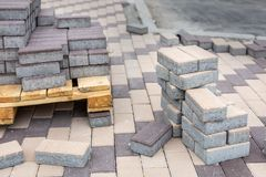Fila de pilas de losa gris del pavimento en base de madera Losa de piedra concreta Renovación peatonal pública del área imagen de archivo