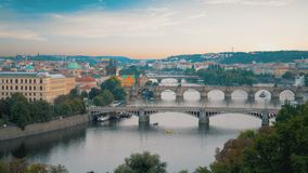 Fila de puentes en Praga almacen de video