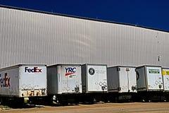 Fila de remolques caídos en Warehouse fotografía de archivo