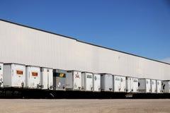 Fila de remolques caídos en Warehouse foto de archivo libre de regalías