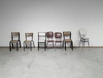 Fila de sillas al lado de uno a retro viejo Imagenes de archivo