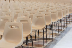 Fila de sillas vacías Foto de archivo libre de regalías