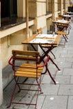 Fila de tablas y de sillas en una cafetería del borde de la carretera Fotos de archivo libres de regalías