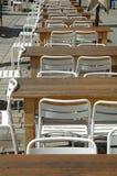 Fila de tablas y de sillas vacías Fotografía de archivo