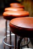 Fila de taburetes de bar vacíos Fotografía de archivo