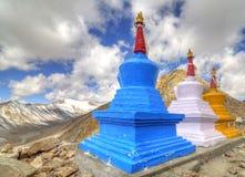 Fila de tres stupas coloridos Imagen de archivo