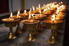 Fila de velas ardientes en un templo budista chino Foto de archivo