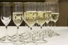 Fila de vidrios con el champán vertido Foto de archivo
