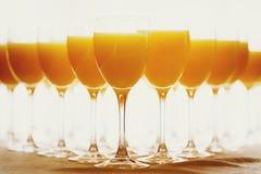 Fila de vidrios con el zumo de naranja fresco Imagen de archivo libre de regalías