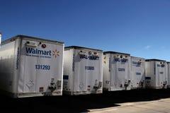 Fila de Wal-Mart Trailers caído imágenes de archivo libres de regalías