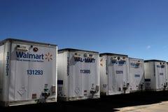 Fila de Wal-Mart Trailers caído fotos de archivo