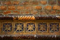 Fila decorativa de la teja esmaltada azul en una pared de ladrillo vieja de una sinagoga, templo hebreo fotografía de archivo