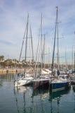 Fila degli yacht di lusso che attraccano in un porto Immagine Stock