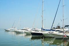 Fila degli yacht privati in bacino Immagine Stock Libera da Diritti