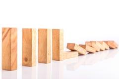 Fila dei bambini di legno del gioco della torre del blocco isolati su bianco immagini stock libere da diritti