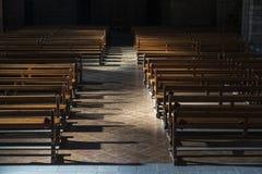 Fila dei banchi di legno dentro una chiesa Immagine Stock Libera da Diritti